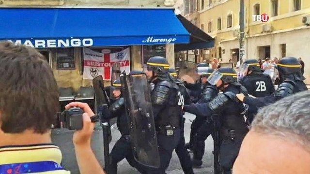 Французские полицейские разгоняли болельщиков слезоточивым газом